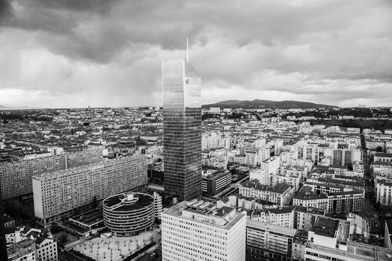 Image de la tour In City et du quartier de la Part-Dieu à Lyon, en noir et blanc